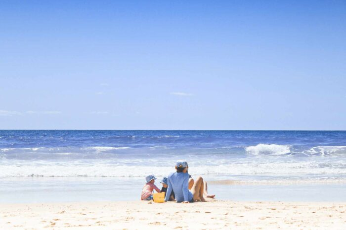 urlop z na plaży z dziećmi